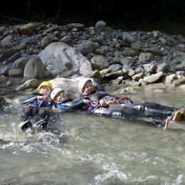 3 Jugendliche am entspannen bei der Einsteigertour in Dornbirn_Vorarlberg_Natursinne